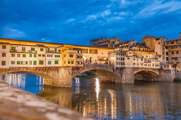 Brücke ponte vecchio bei nacht Premium Fotos