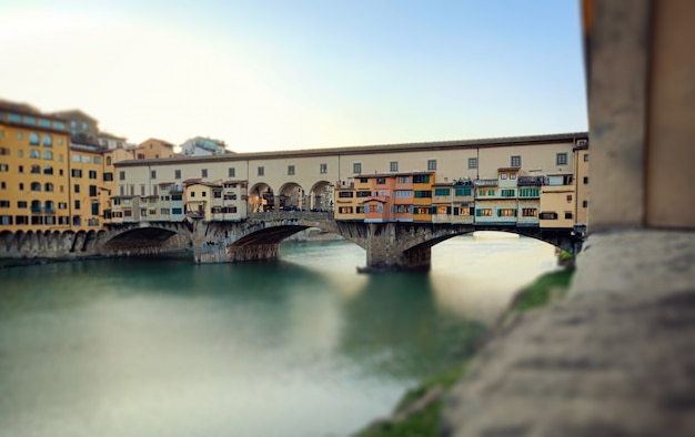 Brücke ponte vecchio bei sonnenuntergang, florenz. miniatureffekt. Premium Fotos