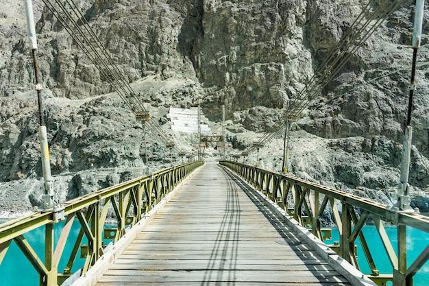 Brücke überqueren sie den shyok im nubra-tal bei turtuk, leh ladakh. Premium Fotos