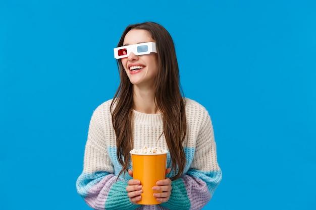 Brünette frau mit 3d-brille und popcorn Premium Fotos