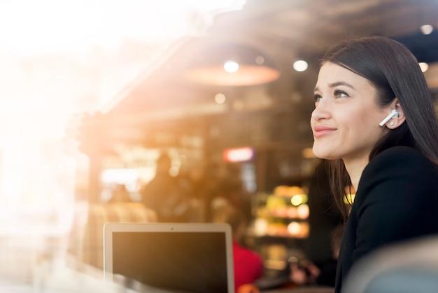 Brünette geschäftsfrau lächelnd Kostenlose Fotos