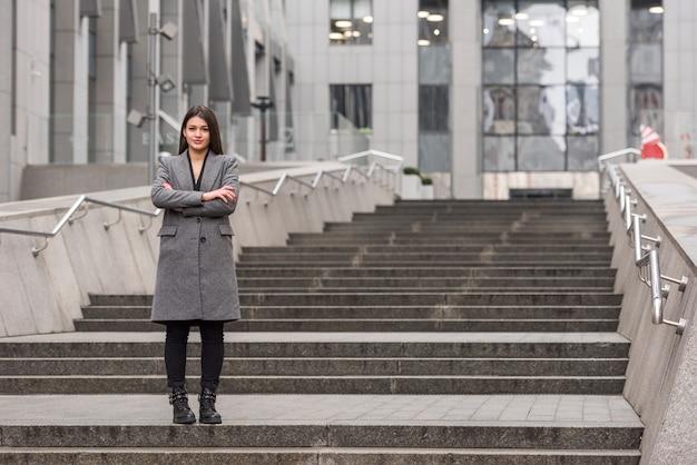 Brünette geschäftsfrau posiert Kostenlose Fotos