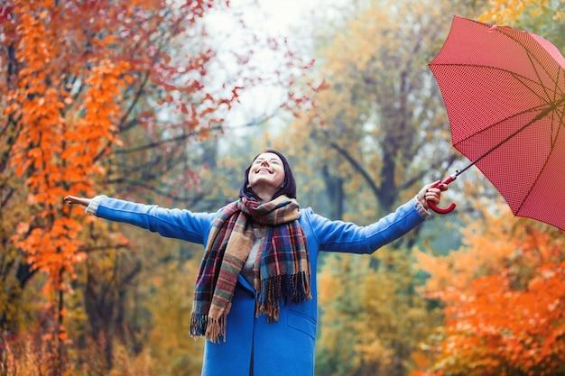 Brünette mädchen mit regenschirm Premium Fotos