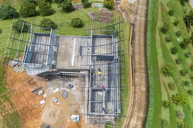 Brummenansicht von oben nach unten der stahldachkonstruktion, bauarbeiter zum überdachen des metallrahmens Premium Fotos