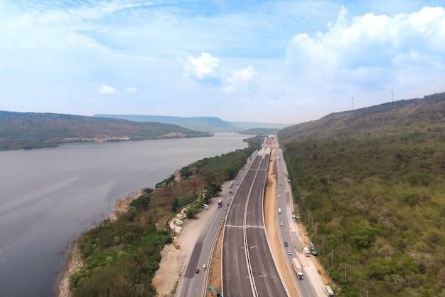 Brummenschussvogelperspektivelandschaft von im bau autobahngebühren nahe großem natürlichem fluss Premium Fotos