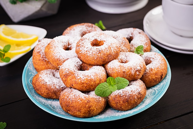 Brunch oder mittagessen. hausgemachte donuts mit puderzucker bestreut. Premium Fotos