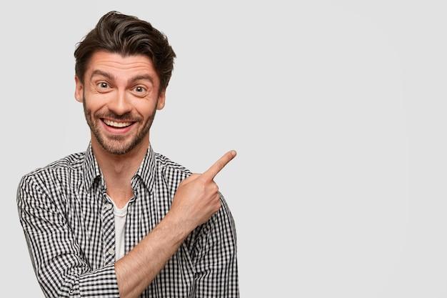 Brunet mann trägt kariertes hemd Kostenlose Fotos