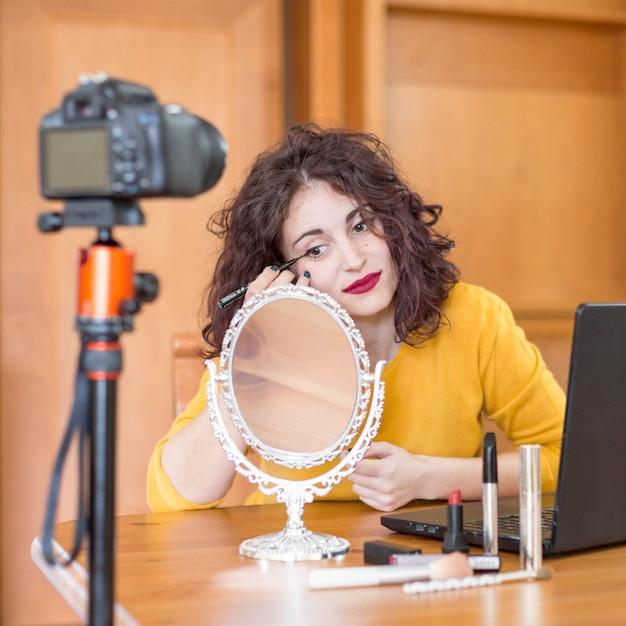 Brunette blogger macht ihr make-up Kostenlose Fotos