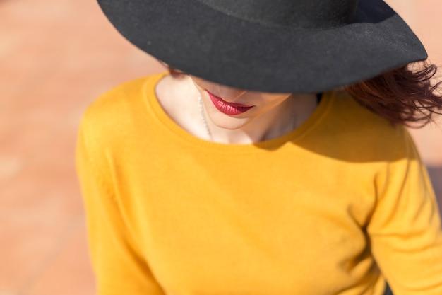 Brunette blogger posiert für ein foto Kostenlose Fotos