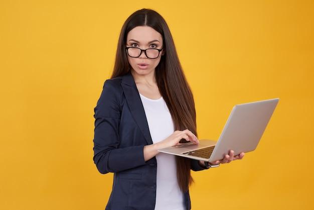 Brunette gir in der klage wirft mit dem lokalisierten laptop auf. Premium Fotos