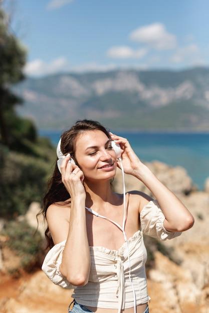 Brunettefrau, die musik hört Kostenlose Fotos