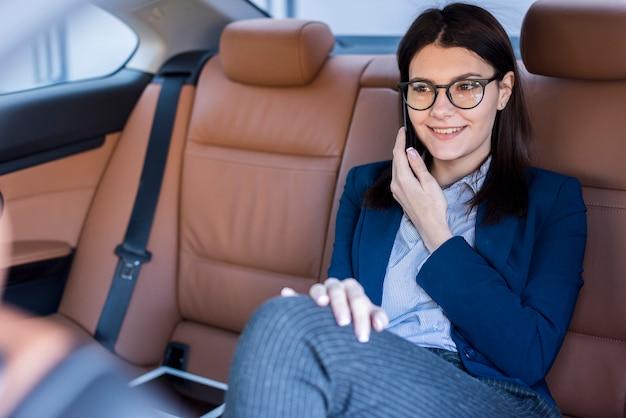 Brunettegeschäftsfrau innerhalb eines autos Kostenlose Fotos