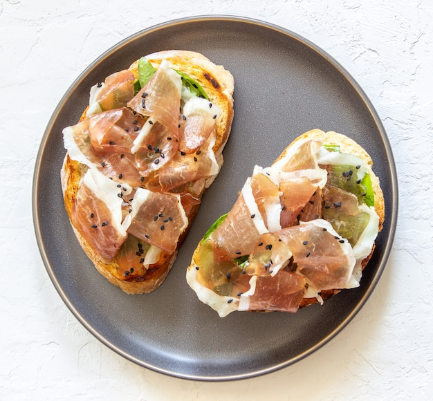 Bruschetta mit schinken und serrano-schinken Premium Fotos