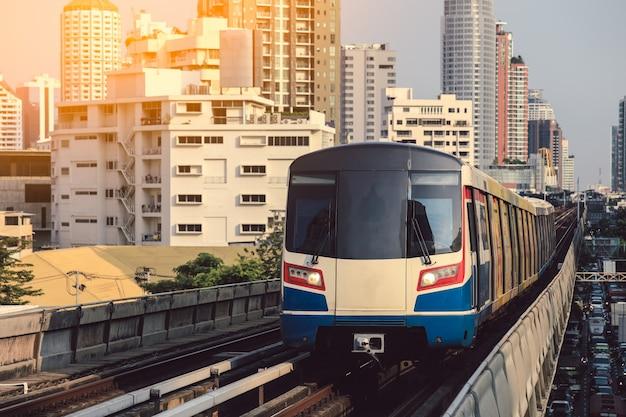 Bts sky train fährt in der innenstadt von bangkok. sky train ist das schnellste transportmittel in bangkok Premium Fotos