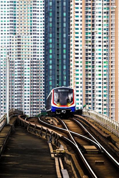 Bts sky train in bangkok mit gebäude Premium Fotos