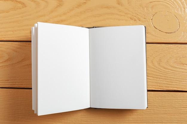 Buch auf dem alten holztisch Premium Fotos