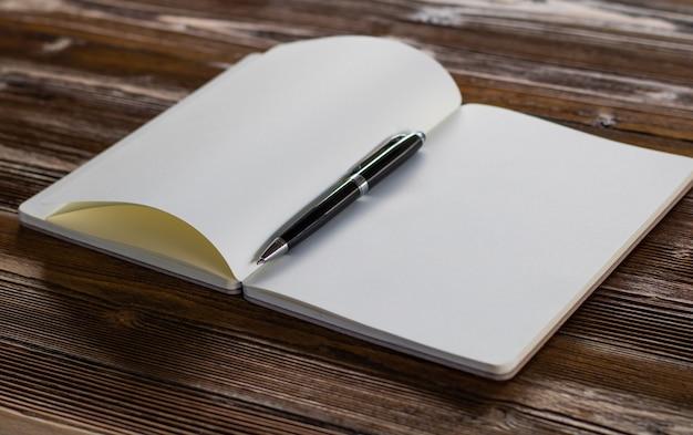 Buch auf holz hintergrund. Premium Fotos