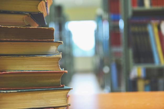 Buch in bibliothek gestapelt Premium Fotos