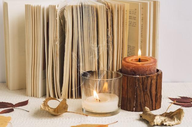 Buch mit kerzen öffnen. lesen Premium Fotos