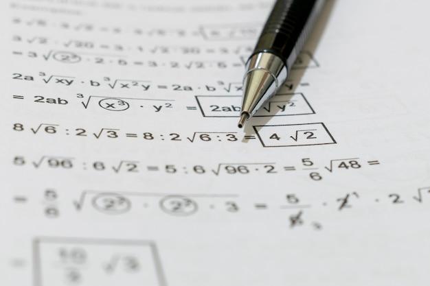 Buch mit mathematischen problemen und druckbleistift Premium Fotos