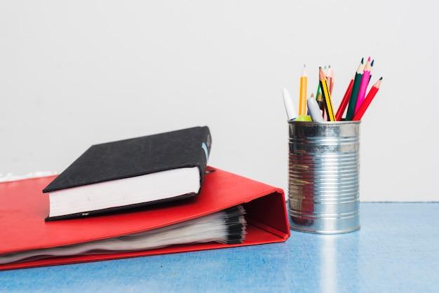 Buch und ordner in der nähe von schreibwaren Kostenlose Fotos