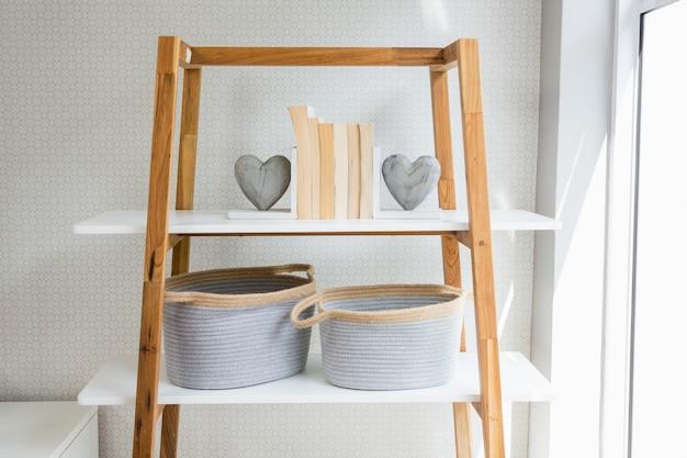 b cher herzform und korb auf dem regal im wohnzimmer. Black Bedroom Furniture Sets. Home Design Ideas