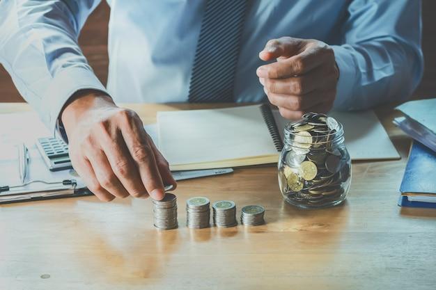 Buchhalter berechnen geldmünzen auf tabelle im büro. konzept finanzen und buchhaltung Premium Fotos