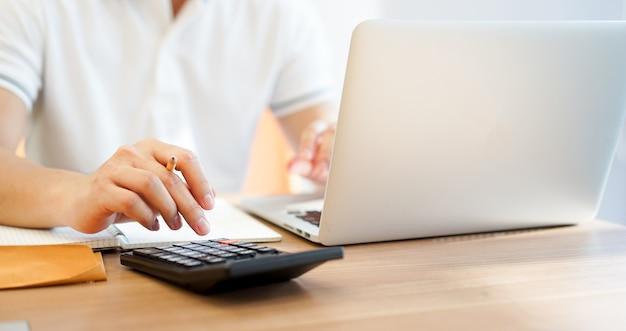 Buchhaltergeschäftsmann, der auf taschenrechner drückt Premium Fotos