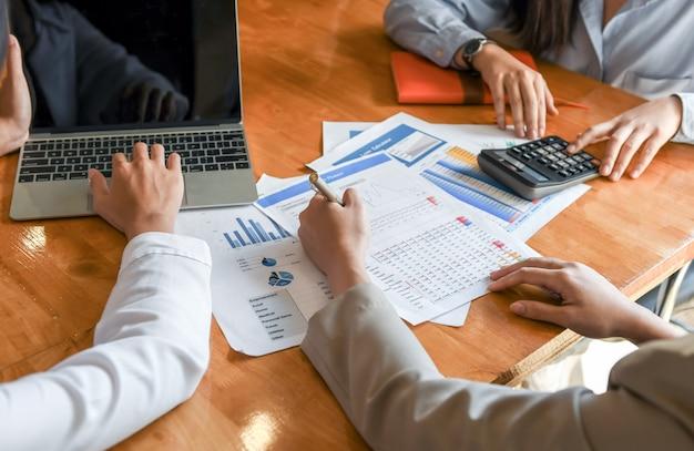 Buchhalterteam analysiert die daten, um den kunden darzustellen. Premium Fotos