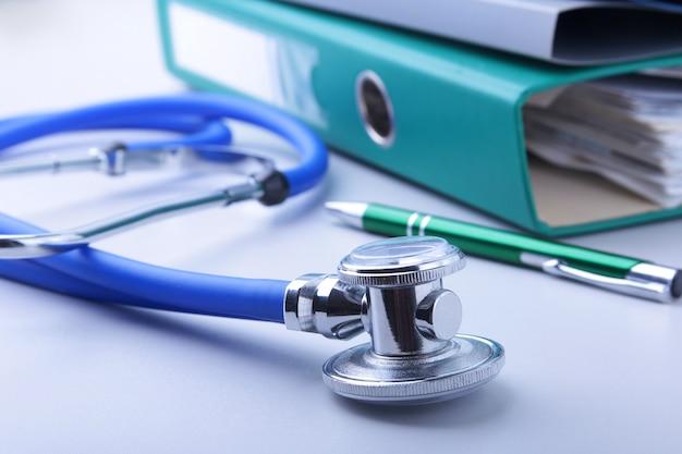 Buchordnerdatei, stethoskop, rotes herz und rx-verordnung lokalisiert Premium Fotos