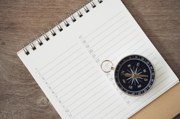 Buchrankings (liste) und kompass so zeichnen sie verschiedene gegenstände auf Premium Fotos