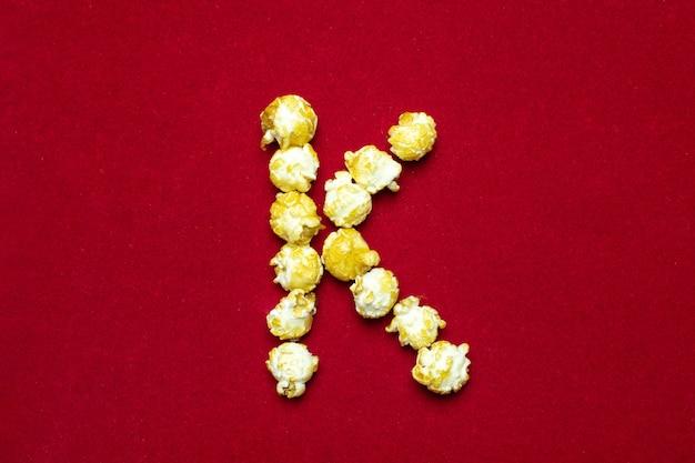 Buchstabe k aus dem kino popcorn Premium Fotos