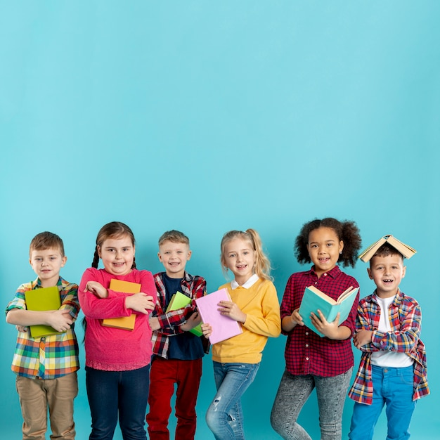 Buchtag mit einer gruppe von kindern Kostenlose Fotos