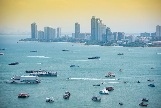 Buchtbereichmeer mit fähre Premium Fotos