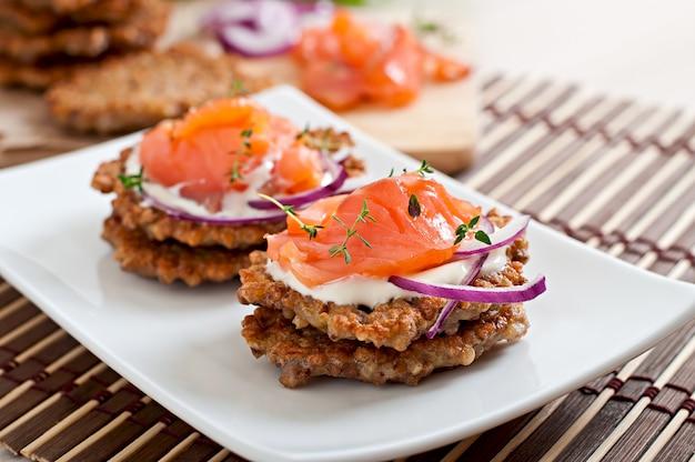Buchweizenpfannkuchen mit gesalzenem lachs und sauerrahm hautnah Premium Fotos