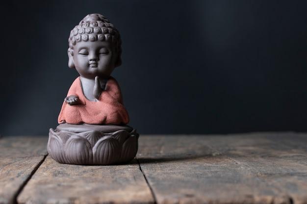 Buddha-bild sitzen auf lotussegengebet Premium Fotos