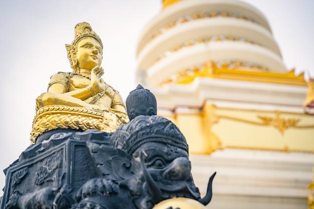 Buddha-goldstatue ein tempel Premium Fotos