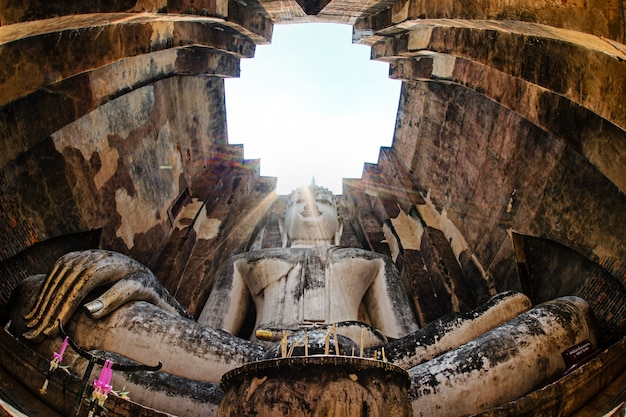 Buddha im sukhothai histrory park aus thailand Premium Fotos