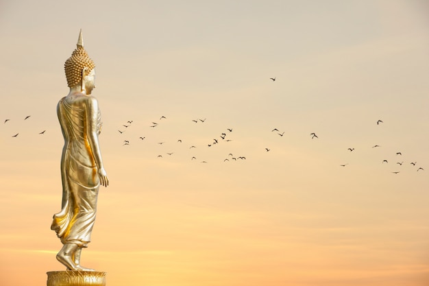 Buddha-statue, die bei wat phra that khao noi, nan province, thailand steht Premium Fotos