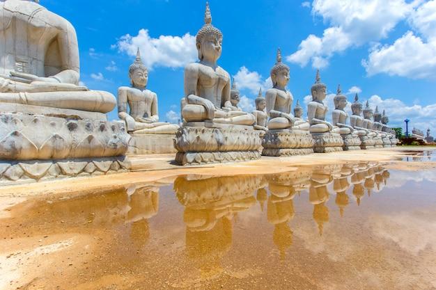 Buddha-statue und blauer himmel, provinz nakhon si thammarat, thailand Premium Fotos