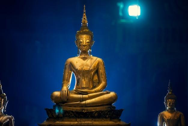 Buddha-statue wasserzeremonie in songkran festival Premium Fotos