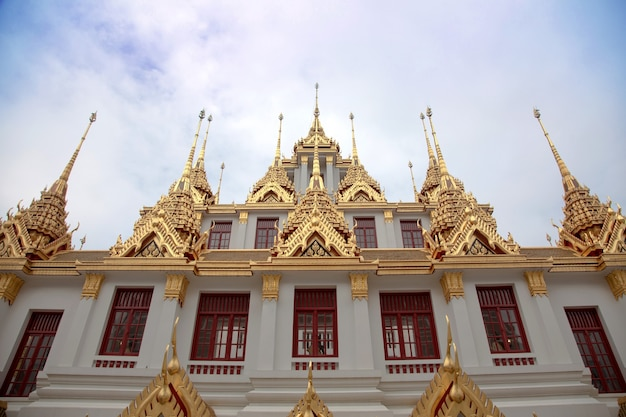 Buddhismus tempelarchitektur außen mit goldenem und antikem design mit wahrzeichen des thailand-konzepts Premium Fotos