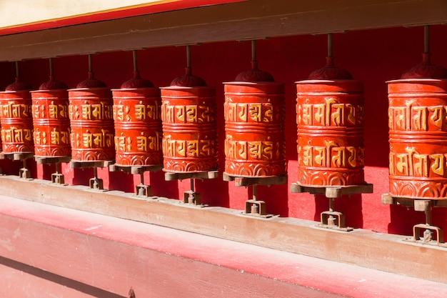 Buddhistische gebetsmühlen, nepal. Premium Fotos