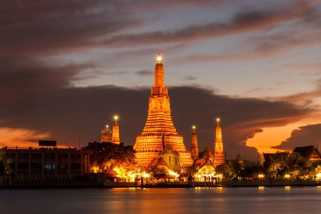 Buddhistische religiöse orte wat aruns in der dämmerungszeit, bangkok, thailand Premium Fotos