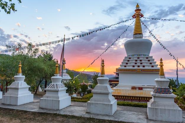 Buddhistischer tempel dag shang kagyu in panillo-huesca aragonien spanien Premium Fotos