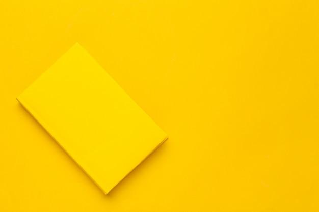 Bücher auf einem gelben Premium Fotos