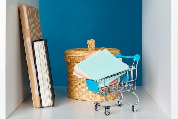 Bücher auf einem hölzernen regal zu hause oder im büro Premium Fotos