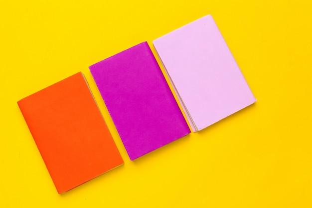 Bücher auf gelbem grund Premium Fotos