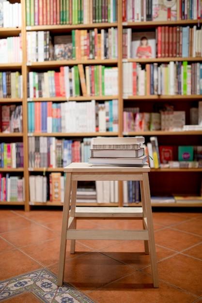 Bücher, die auf leiter in der buchhandlung liegen Kostenlose Fotos
