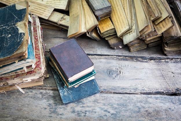 Bücher gestapelt auf einem holzboden nach oben Kostenlose Fotos
